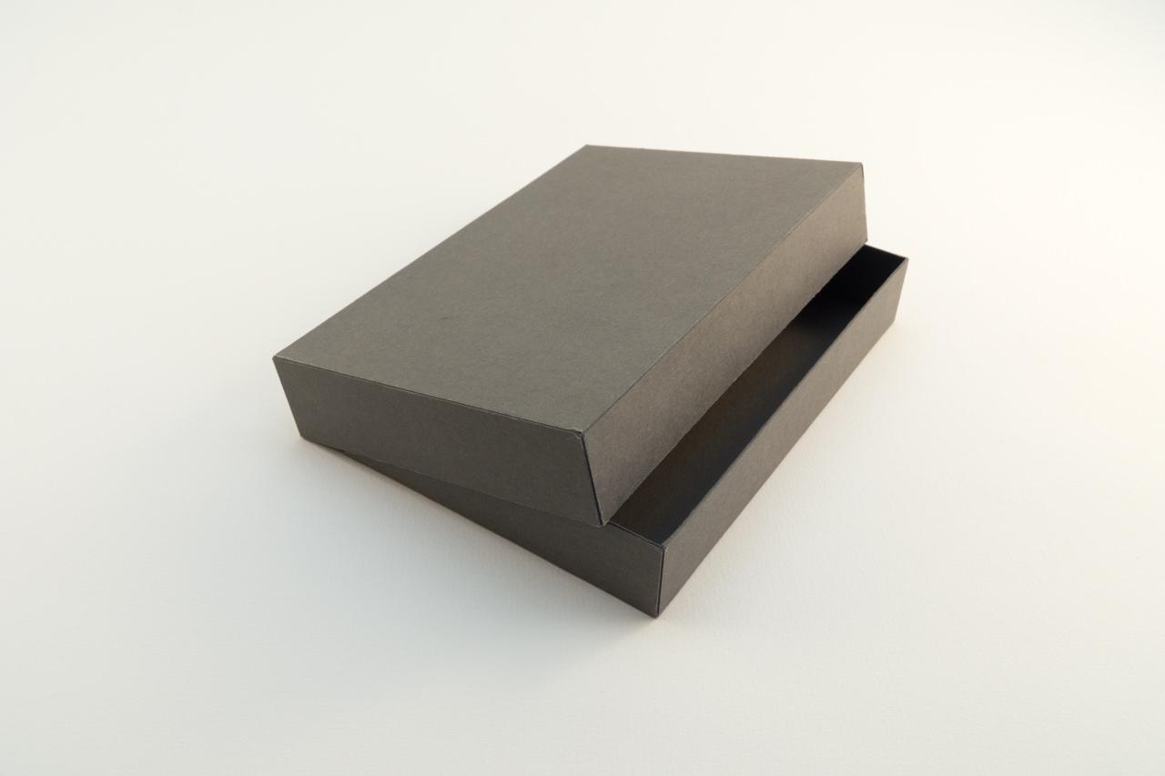 boite couvercle coiffant en carton fin non recouvert semi ouverte